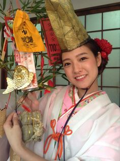 Imamiya Ebisu Shrine: Happiness girl Visiting to pray for business prosperity - Osaka, Japan Japanese Costume, Japanese Kimono, Traditional Fashion, Traditional Dresses, Happy Girls, Cute Girls, Japanese Prints, Japanese Art, Japanese Landscape