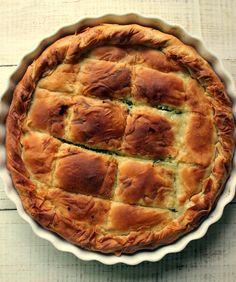 Lo spanakopita è una tortasalata tipicadella cucina greca con un ripieno di spinaci, feta, cipolle novelle, uova espessoanche aneto...
