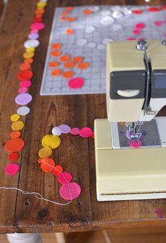 Uma coisa é certa: o feltro é dos tecidos mais versáteis!     Fica aqui mais uma ideia para uma utilização do feltro, que podemos usar nos...