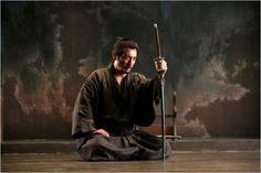 Narcis: Molt dura en alguns moments (p.e. la hiperrealista escena del harakiri),amb la força emocional continguda típica del cinema japonès de tots els temps(recordem els mestres Ozu, Mizoguchi, Kurosawa) força emocional que es va acumulant per vies subterrànies al llarg de l'acció per a esclatar violentament en instants culminants meticulosament preparats pel director Takashi Miike...,que abandonant el cinema de terror ha trobat el seu medi ideal en jidai-geki, el gènere històric o de…