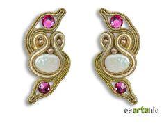 Pendientes de soutache con perla de río y Swarovski. Enganche de plata.  Precio 25 euros. / $33  Altura aproximada 5,5 cms.  http://www.asartenia.com/