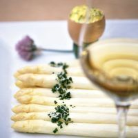 Asparagus with 'Boznersauce' Easy Healthy Recipes, Raw Food Recipes, Easy Meals, Healthy Food, Green Coffee Bean Extract, Asparagus Recipe, Tzatziki, Boiled Eggs, Mayonnaise