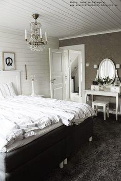 inspiration sovrum, heltäckningsmatta, heltäckningsmattor, sminkbord, vitt, svart och vitt, grått, panelvägg, liggande panel, tavla i sovrummet, tavlor, artprint, poster, posters, prints, print, peacem lampa, lampor, tempursäng, Decor, Bedroom Vanity, Furniture, Interior, My Room, Home Bedroom, New Homes, Decor Inspiration, Bedroom