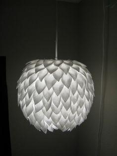 gemaakt van stukjes vilt op een papieren lampion.