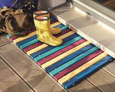 Nicht nur an Regentagen ist ein Fußabtreter nützlich. Wir zeigen dir heute Schritt für Schritt, wie du aus Holzleisten eine robuste und auch individuell gestaltbare Fußmatte bauen kannst.