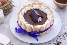 La charlotte con mousse al cioccolato fondente è un dolce raffinato ed elegante realizzato con friabili savoiardi e una delicata mousse al cioccolato.