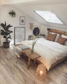 Are you looking for some small farmhouse master bedroom ideas to inspire you? Are you looking for some small farmhouse master bedroom ideas to inspire you? There are many ways to incorporate farmhouse design in your house. Bedroom Layouts, Room Ideas Bedroom, Decor Room, Home Decor Bedroom, Bed Room, Bedroom Red, Bedroom Neutral, Warm Bedroom, Dream Bedroom