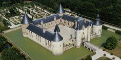 Vue aérienne du château de Chamerolles avec ses jardins remarquables.