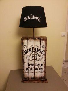 Lampe Design Jack Daniel's en palette Plus Lampe Jack Daniels, Jack Daniels Decor, Jack Daniels Cooler, Jack Daniels Bottle, Wine Barrel Furniture, Diy Pallet Furniture, Cool Furniture, Wood Projects That Sell, Wine Display