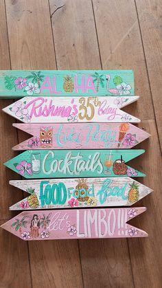 Bestel hier uw Wegwijzerborden/ order you signs here Flamingo Birthday, Flamingo Party, Diy Birthday, Key West Decor, Hawaiian Party Decorations, Diy Pallet Wall, Tiki Party, Tropical Party, Beach Signs