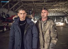 Revenge of The Rogues In New Photos: Leonard Snart AKA Captain Cold (guest star Wentworth Miller) returns to Central City with a new hotheaded partner in tow -- Mick Rory AKA Heat Wave (guest star Dominic Purcell) - Comic Book Resources Legends Of Tommorow, Dc Legends Of Tomorrow, Captain Cold And Heatwave, Mick Rory, Flash Tv Series, Leonard Snart, Dominic Purcell, Michael Scofield, Brandon Routh
