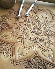 Modèles de travail du cuir Simple Leaf Layout Students begin by Discovering simple chopping strategies, developing a primary leaf from cucumber. Leather Stamps, Leather Art, Leather Gifts, Custom Leather, Leather Design, Metallic Leather, Leather Tooling, Leather Jewelry, Tooled Leather