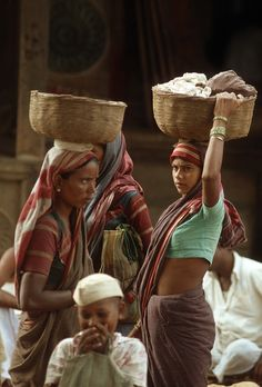 Life is tough for poor women in India. Tribal India, Outdoor Portrait Photography, Ariana Grande Drawings, India Culture, Indian People, Street Portrait, Creative Portraits, Beautiful Girl Indian, Women Life