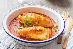 Des encornets frais farcis au riz dans une sauce tomate.