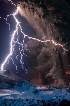 Intense lightning storms mixed with ash clouds to electrify the night sky over Iceland's Eyjafjallajökull volcano on Sunday. All Nature, Science And Nature, Amazing Nature, Beautiful Sky, Beautiful Places, Simply Beautiful, Amazing Places, Fuerza Natural, Thunder And Lightning