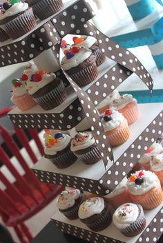 Amapolas en el juego: Fácil DIY Cupcake Stands ~