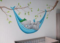 Muurschildering Me to You beertje in een hangmat aan twee takken met een vogeltje. Kleur blauw van de hangmat komt overeen met de muur ertegenover.   me to you bear mural painting