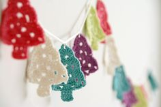 @ melimelum - Christmas tree garland made from free pattern by The Royal Sisters here: http://theroyalsisters.blogspot.com.es/2009/11/grandma-tree-tutorial.html