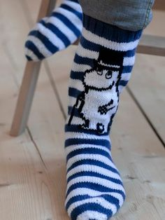 The outline of the Moominpappa design and the walking stick are embroidered with the Stinky yarn using duplicate stitches. Use short back stitches for the eyes. Knitting Paterns, Knitting Socks, Free Knitting, Patterned Socks, Striped Socks, Blue Socks, Sock Cupcakes, 4 Ply Yarn, Dk Weight Yarn