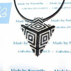 2014/033 - pendentif + cordon - style triangle - tissage peyote - perle en noir et blanc - motif barbara