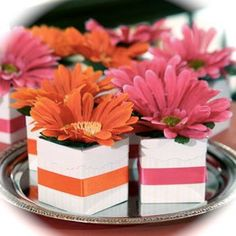 Dollar Tree Wedding Idea: Blooming Favor Boxes pink and orange Bolo Neon, Daisy Centerpieces, Baptism Centerpieces, Dollar Tree Wedding, Daisy Wedding, Wedding Yellow, Wedding Bouquets, Deco Floral, Wedding Favor Boxes