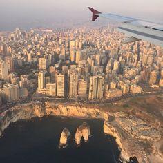 機上からみたレバノン・ベイルート中心部。別名「中東のパリ」。手前の岩は名勝「鳩の岩」。海岸通りにはカフェが集まっている。
