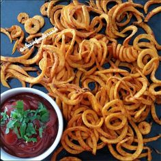 Curly Sweet Potato Fries Recipe – Copycat Arby's Using the Paderno. - Curly Sweet Potato Fries Recipe – Copycat Arby's Using the Paderno Spiralizer - Paleo Recipes, Cooking Recipes, Fast Food Places, Food Crush, Sweet Potato Recipes, Sweet Potato Spiralizer Recipes, Homemade Sweet Potato Fries, Fried Potatoes, Clean Eating Recipes