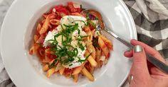 Alltid lika gott med het tomatsås, perfekt kokt pasta och krämig mozzarella. Tomater på burk är såhär års mycket godare än färska. /Jessica