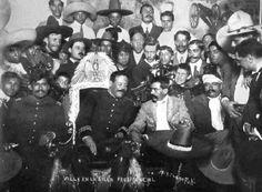 Emiliano Zapata y Pancho Villa en la silla presidencial
