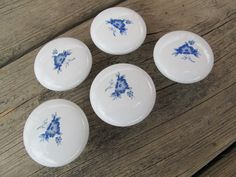 Boutons de tiroir en porcelaine bleu et par SandrasCornerStore