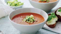 Frisk tomatsuppe med gratinerede ostebrød | Femina