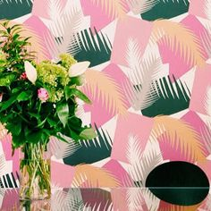 Wednesdays are all about wallpaper. Today's feature design is called Deco Palm from @cole_and_son_wallpapers in their Geometric II collection. Inspired by Miami exotic plants it would definitely brighten up your walls. More colourways and inspiration on the blog.