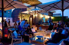 Au sommet du très branché Hotel Omm, la terrasse avec piscine de l'établissement fait partie de ces lieux où l'on vient pour voir et être vu à Barcelone. Mobilier design, clientèle stylée et DJs en soirée font de ce rooftop l'un des plus tendance de la ville depuis maintenant dix ans.