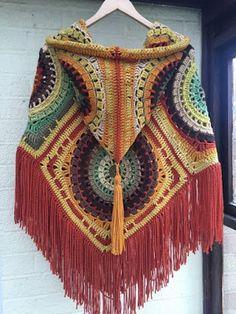 Free crochet patterns and video tutorials: Amazing crochet hooded poncho free pattern. Crochet Shawl Free, Crochet Poncho Patterns, Crochet Amigurumi Free Patterns, Knitting Patterns Free, Crochet Stitches, Knit Crochet, Crochet Granny, Scarf Patterns, Crochet Mandala