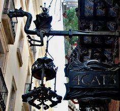 4 Gats, Se hallaba ubicado en la calle Montsió, en los bajos de la Casa Martí, un edificio modernista del arquilecto Josep Puig i Cadafalch (1896). Los impulsores principales del local fueron los artistas Santiago Rusiñol i Prats, Ramón Casas i Carbó y Miquel Utrillo. El hostelero era Pere Romeu.