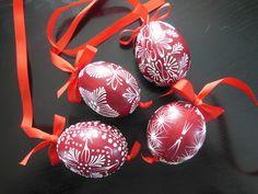 Zdobení voskem Easter Eggs, Christmas Bulbs, Wax, Polish, Holiday Decor, Artwork, Home Decor, Egg, Christmas Light Bulbs