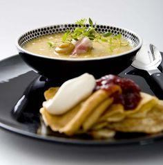 Ärtsoppa med fläsk och pannkakor (tradition of eating pea soup and pancakes on Thursdays)