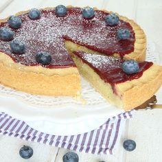 Drömgod pajliknande kaka med en spröd mördegsbotten, krämig mandelmassfyllning och härlig blåbärsglasyr.