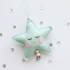 Hanger Ster mint sleepy eyes Vilten hanger ster in mintgroen. Een leuke decoratie voor aan een kast of deurklink in een kinderkamer. De hanger is ongeveer 16cm lang en 10cm breed.