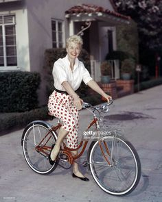 American actress Doris Day riding a Schwinn bicycle, circa Get premium, high resolution news photos at Getty Images Vintage Hollywood, Hollywood Glamour, Hollywood Stars, Classic Hollywood, Hollywood Fashion, Hollywood Actresses, Vintage Outfits, Vintage Fashion, Vintage Wardrobe