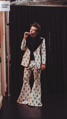 Harry styles in ny msg on we heart it Mr Style, Style Icons, Liam Payne, Niall Horan, Beautiful Men, Beautiful People, Harry Styles Pictures, Harry Styles Wallpaper, Treat People With Kindness