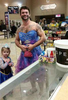 Vor kurzem erschien dieses Foto von Jesse Nagy, einem Schauspieler aus Michigan, mit seiner Nichte Izzy bei Reddit. Damit sich seine Nichte nicht schäme ein Kleid zu tragen hat er ihr gesagt er ziehe auch eins an.
