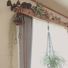 カーテンのレール部分を目隠しするボックスを取り付けると、窓際が丸ごとおしゃれなカフェ風インテリアになるのをご存知ですか?布や木材を使って簡単に手作りでき、お部屋があか抜けておしゃれに見える効果があるんですよ。しかも、100円ショップで売っている素材を使って安くお金をかけずにDIYできるんです。レールの目隠し効果のほかに、置物や観葉植物を置いて飾ることもできます。お家にぜひ取り入れてみてくださいね。 | ページ1