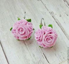 Glamorous and beautiful flower clay earrings. Polymer Clay Miniatures, Polymer Clay Projects, Polymer Clay Crafts, Polymer Clay Earrings, Biscuit, Cold Porcelain Flowers, Magical Jewelry, Polymer Clay Flowers, Clay Creations