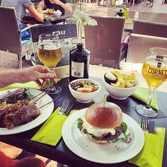 Laten we maars wat eten... geen lunch geen diner... Linner! ;-) #myview #P #hamburger #sate #lunch #Cornet #dinner #linner #RAV #Eindhoven  #food #foodporn #foodstagram #foodstagram #foodphotography #bier #beer Eindhoven, Hamburgers, Food Plating, Latte, Alcoholic Drinks, Food Porn, Beer, Burgers, Hamburger