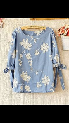 Love this top minus the ties on the sleeves. would drive me nuts as I sit at a desk all day Frock Fashion, Modest Fashion, Fashion Dresses, Stylish Tops, Casual Tops, Kurta Designs, Blouse Designs, Gilet Long, Blouse Styles