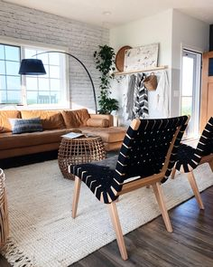 Estilo Interior, Home Interior, Apartment Interior Design, Living Room Chairs, Lounge Chairs, Apartment Living Rooms, Chic Apartment Decor, Bungalow Decor, Apartment Goals