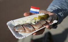 Het is typisch Nederlands: een verse haring uit de hand of op een broodje. Met of zonder uitjes. En ook het zuur mag eigenlijk niet ontbreken. Hoewel er ook genoeg mensen van gruwelen, is haring een van de meest gegeten vissoorten in Nederland. En laat dit vette visje nou ook nog eens hartstikke gezond zijn.