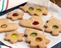 Rachel Allen makes these adorable gingerbread biscuits that will dazzle kids and adults alike. Hang them on the tree, then serve with milk (or coffee). Biscuit Recipes Uk, Cookie Recipes, Dessert Recipes, Desserts, Christmas Gifts To Make, Xmas Gifts, Handmade Christmas, Window Cookies, Canadian Butter Tarts