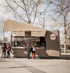 Choux d'enfer Créé par Christophe Michalak et Alain Ducasse, le kiosque à choux ré-invente la pâtisserie de rue, la sweet food à la parisienne ! Croquants dehors, fondants dedans, garnis de crèmes très travaillées, les choux se déclinent en plusieurs parfums, sucrés ou salés… Découvrez Choux d'enfer à l' intersection de la rue Jean Rey et du quai Branly 75015 Paris Ouvert 7/7 de 9h à 20h30 (c)Pierre Monetta